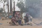 De hele familie s ochtends bij het vuur