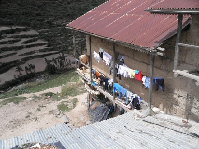 Peruaans huisje met mais en de was foto op de fiets naar santiago de compostela - Huisje met vide ...