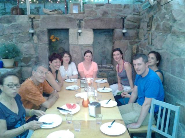 Gezellige maaltijd met o a een groep uit ireland bij huberta en arno foto camino naar santiago - Idee gezellige maaltijd ...